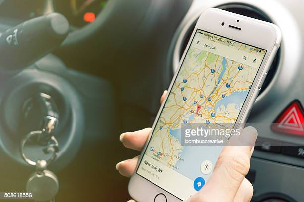 smartphone mapping while in car - richting stockfoto's en -beelden