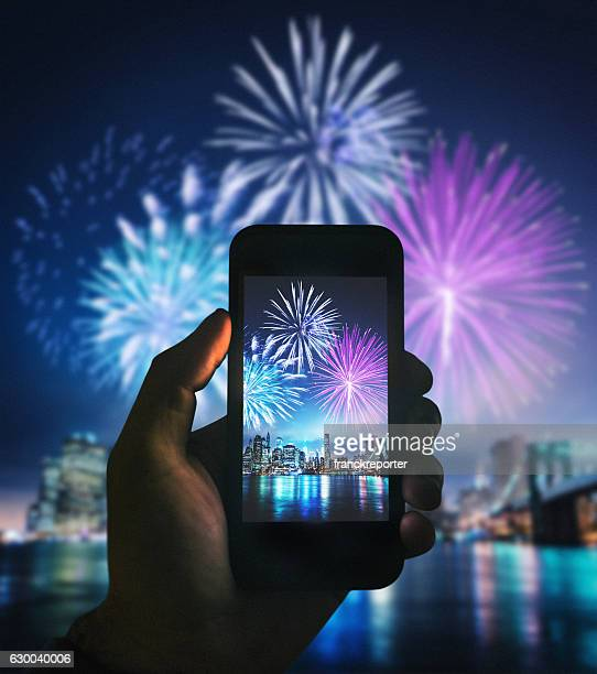 smartphone take a pic of the nyc celebration - 2018 - fotografias e filmes do acervo