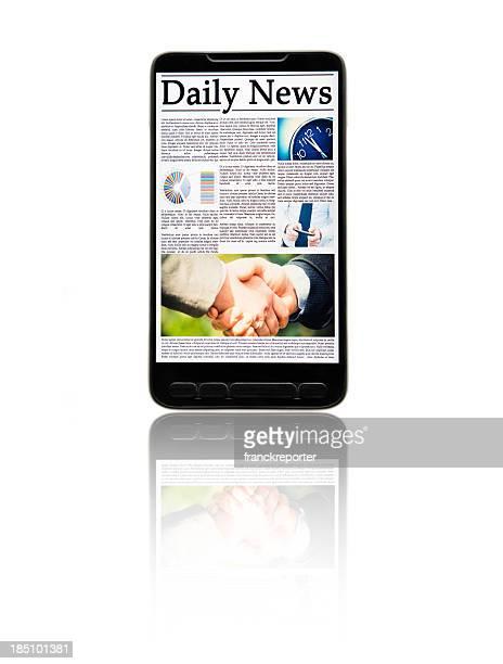 Smartphone mit Zeitung, isoliert auf weiss