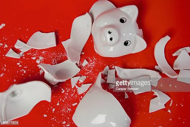 a smashed empty piggy bank - banqueroute photos et images de collection