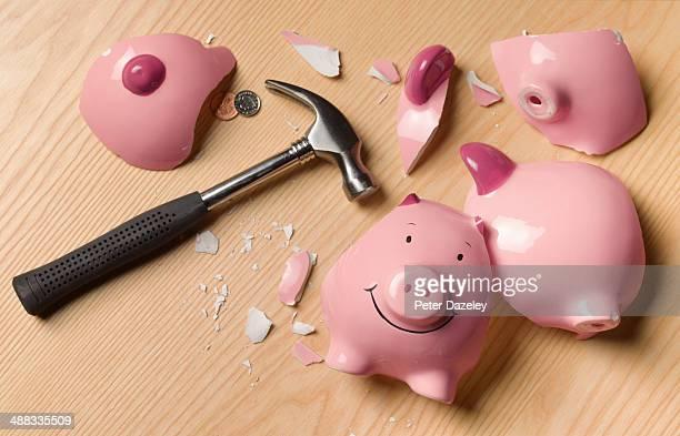 smashed piggy bank with change - spaarvarken stockfoto's en -beelden