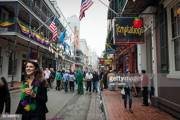 sonrisa y mardi gras de bourbon street - gras fotografías e imágenes de stock