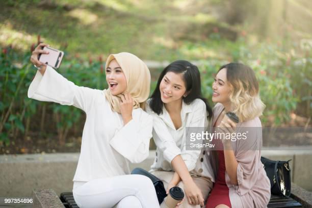 ¡sonrisa, chicas! - gorgeous babes fotografías e imágenes de stock
