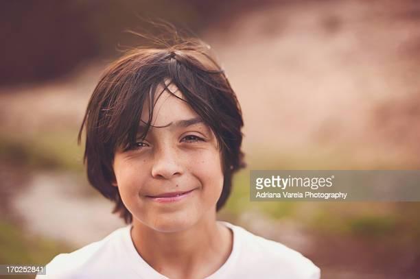 a smile in the wind - 10 11 años fotografías e imágenes de stock