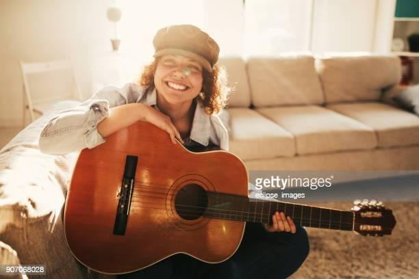 mulheres smileing com guitarra - compositor de música - fotografias e filmes do acervo