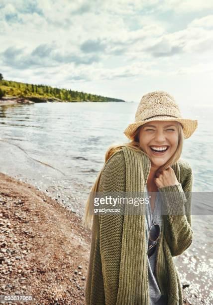 alle lächeln runde an einem sonnigen tag - blond frauen strand stock-fotos und bilder