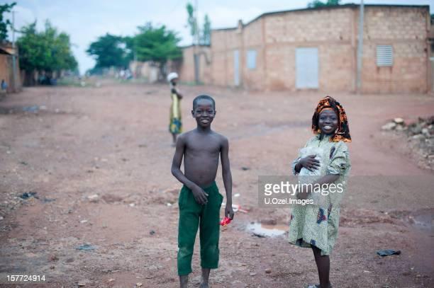 お子様のスマイリーアフリカ - ワガドゥグ ストックフォトと画像