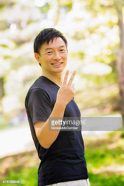 笑顔アクティブマチュア日本の男性のジェスチャーを作る手 2
