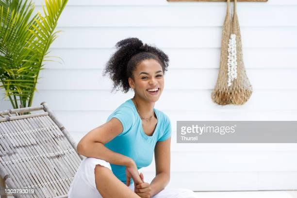 笑顔アフリカオーストラリアの女性 - ナチュラルヘア ストックフォトと画像