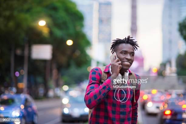 lachende afrikaanse man praten aan de telefoon. - nigeria stockfoto's en -beelden