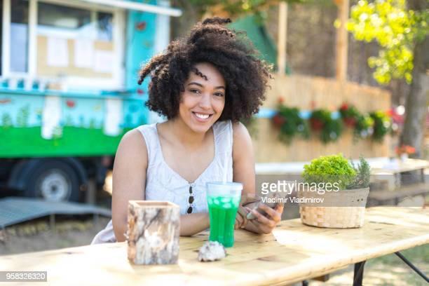 glimlachend afrikaanse vrouw genieten van vakanties in de natuur - klanten georiënteerd stockfoto's en -beelden