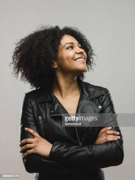 Sourire de femme africaine à la recherche de suite sur fond gris