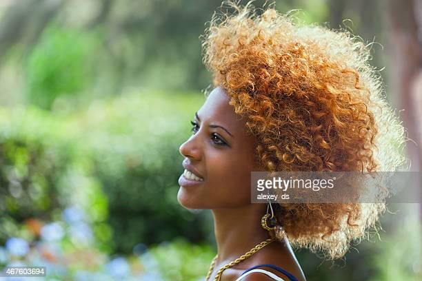 Souriant Femme d'Afrique. portrait de profil de plein air