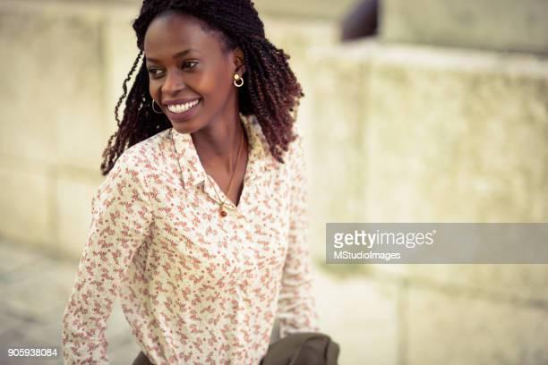 femme africaine souriante. - nigeria photos et images de collection