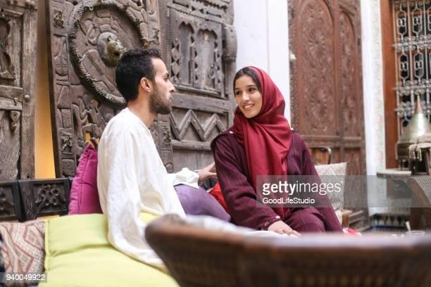lächelnde arabischen paar zu hause - nordafrika stock-fotos und bilder