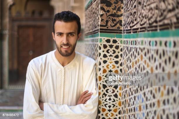 homme arabe souriant en costume traditionnel - homme marocain photos et images de collection