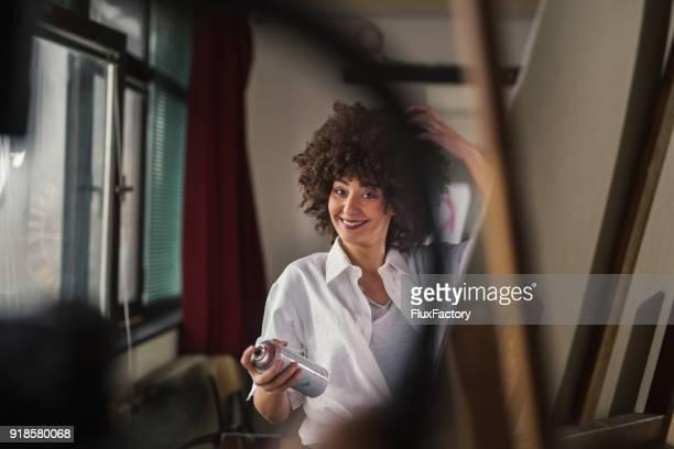 Lächelnde Künstler mit einem Lackspray