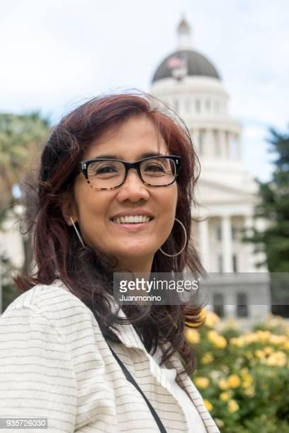 Leende Asiatisk mogen kvinnlig politiker