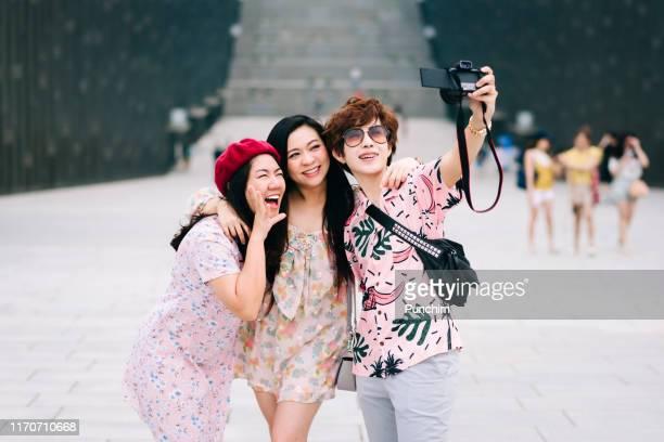 mulheres asiáticas de sorriso que tomam a foto do selfie. conexão, comunicação, entretenimento, conceitos divertidos - coreia do sul - fotografias e filmes do acervo
