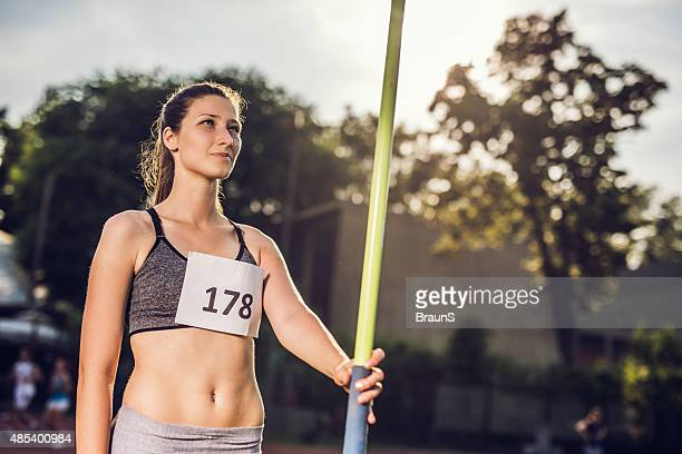 笑う準備運動の女性を投げる、javelin ます。 - やり投げ ストックフォトと画像