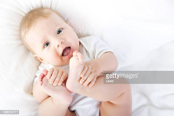 Happy Baby spielen und seine Füße