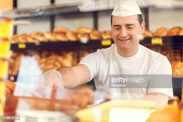 Sonriendo baker trabajando en la panadería.