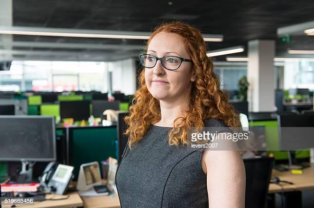 Lächelnde schöne Frau im Büro