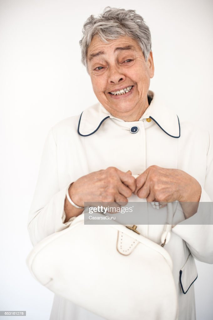 Lachende mooie Senior vrouw In witte Outfit : Stockfoto