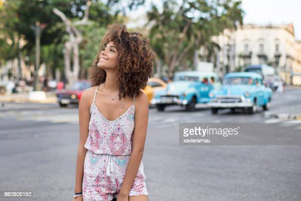 sonriente mujer hermosa de pie en la calle en la ciudad de - habana vieja fotografías e imágenes de stock