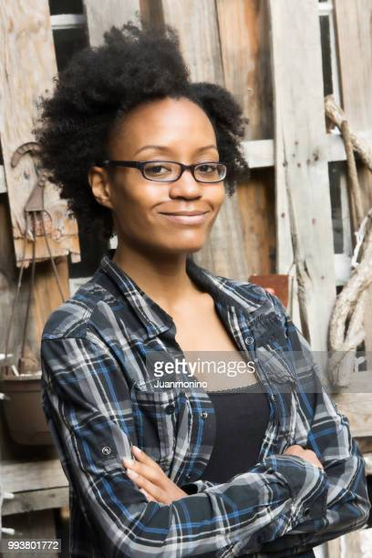 smiling beautiful young black woman - donna creola foto e immagini stock