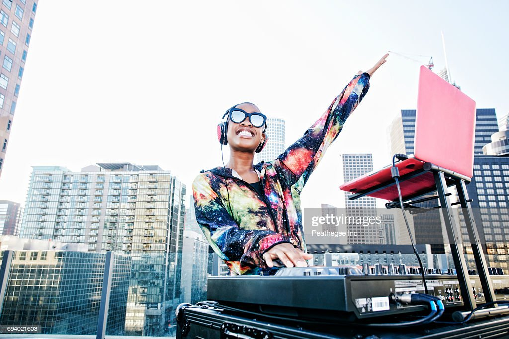 Smiling Black DJ on urban rooftop : Stockfoto