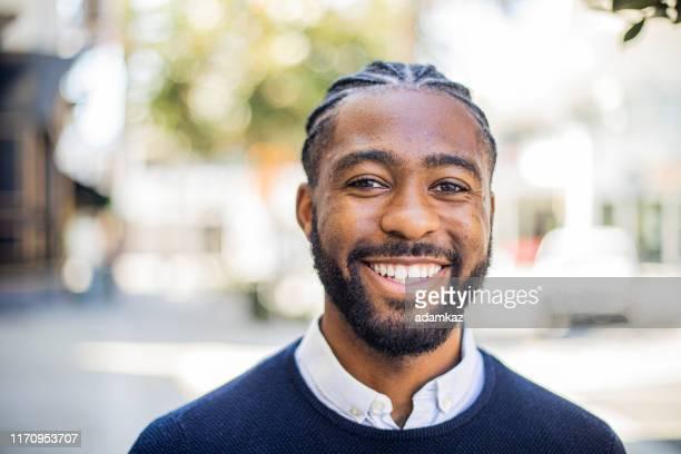 笑顔の黒人 - コーンロウ ストックフォトと画像