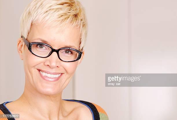 quaranta sorridente donna - occhi nocciola foto e immagini stock