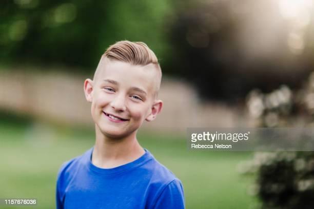 smiling boy enjoying outdoors - menino loiro olhos azuis imagens e fotografias de stock