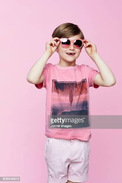 smiling boy on pink background - vestido colorido imagens e fotografias de stock