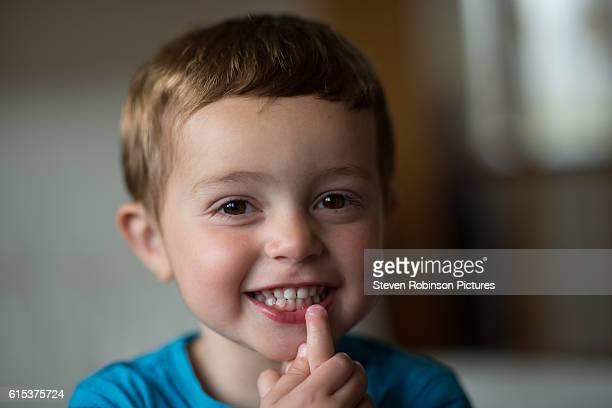 smiling boy - chupando dedo - fotografias e filmes do acervo