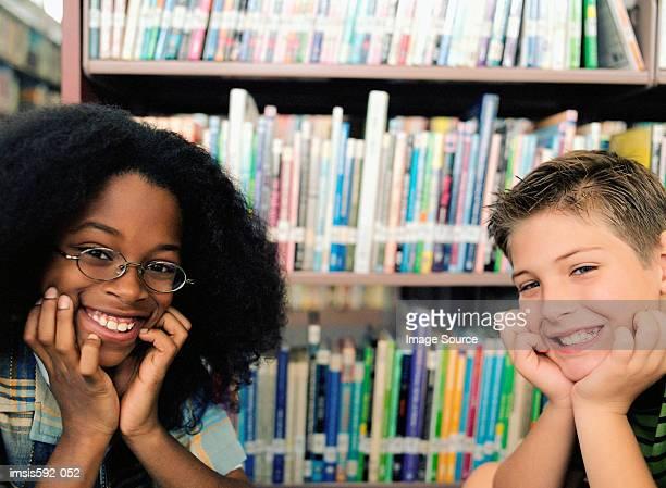 Lächelnden Jungen in der Bibliothek