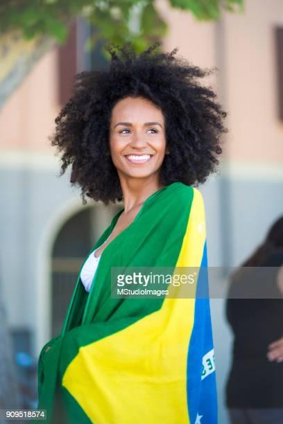 Sonriente mujer brasileña.