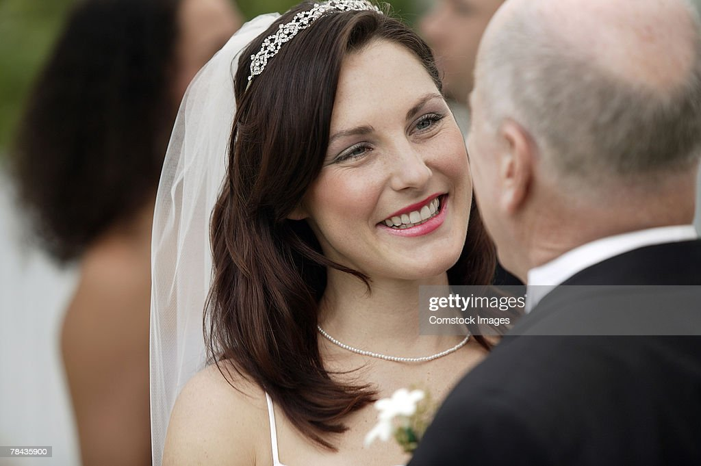 Smiling bride with father : Stockfoto