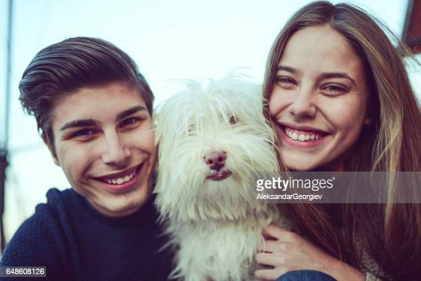 lachende broer en zus nemen selfie met hun hond - zus stockfoto's en -beelden