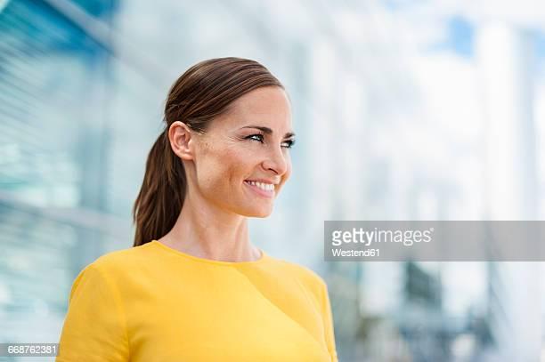 smiling brunette woman - pferdeschwanz stock-fotos und bilder