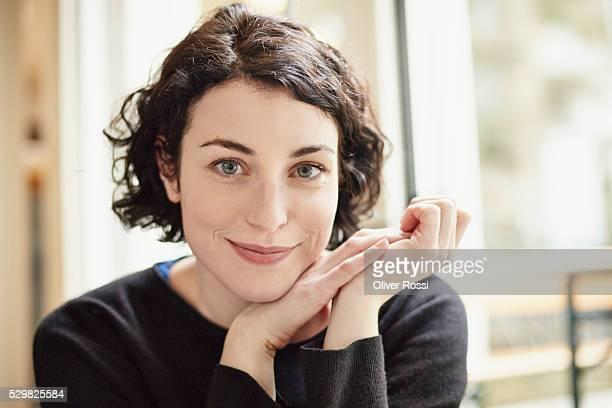 smiling brunette woman, portrait - alleen één jonge vrouw stockfoto's en -beelden