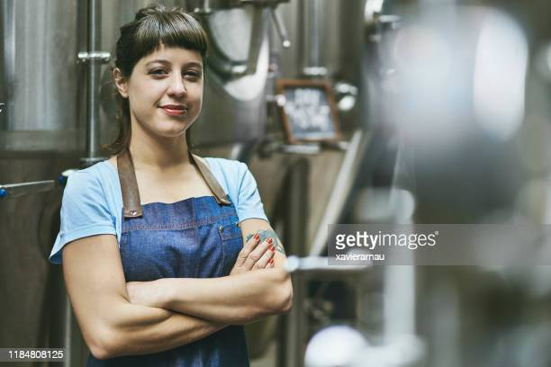 expert en bière artisanale féminine de buenos aires de sourire dans la brasserie - adulte d'âge moyen photos et images de collection