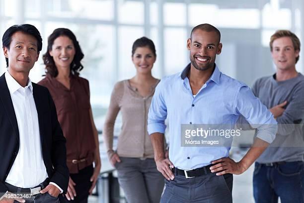 smiling business executives in office - cinq personnes photos et images de collection