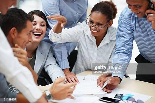 Souriant hommes d'affaires travaillant ensemble lors d'une réunion