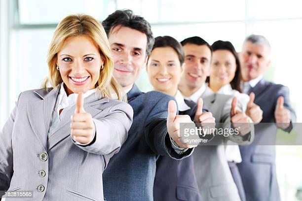 Sonriendo negocios de pie en línea y muestra Oklahoma.