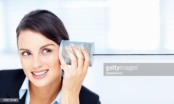 Lächeln business Frau hören kann die Blechdose Telefon
