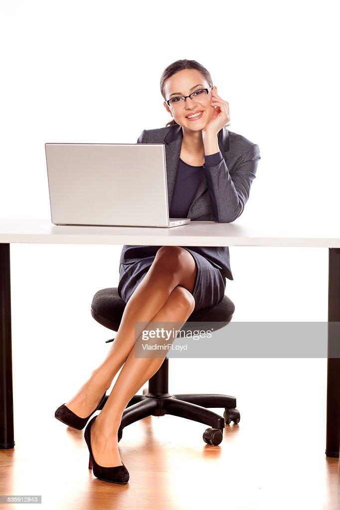 Empresaria sonriente sentado en la mesa de comedor con capacidad para una computadora portátil : Foto de stock
