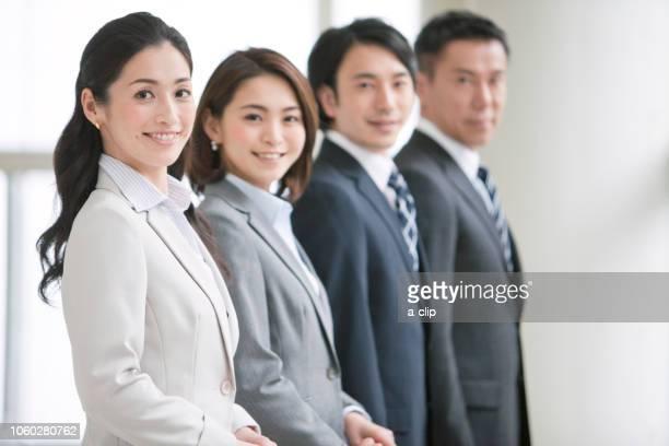 笑顔のビジネスマンとビジネスウーマン4人 - ルーキー ストックフォトと画像