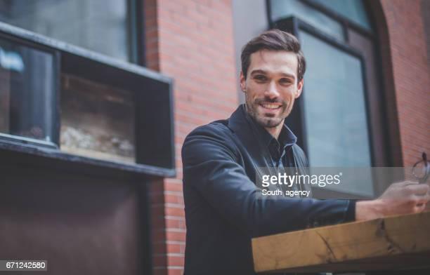 Sonriente hombre de negocios